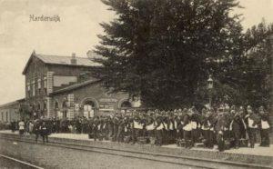 station Harderwijk vertrek koloniale militairen (publiek domein)
